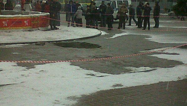Женщина и ребенок провалились в яму в Брянске