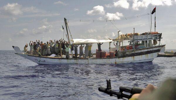 Досмотр судна, подозреваемого в пиратской деятельности. Архив