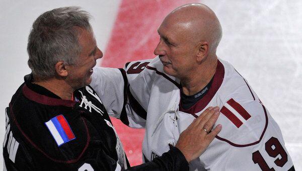 Вячеслав Фетисов и Хельмут Балдерис в матче легенд латвийского и российского хоккея