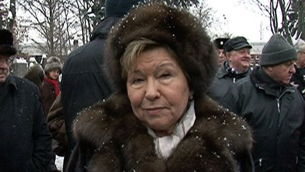 Наина Ельцина приехала на Новодевичье кладбище почтить память мужа