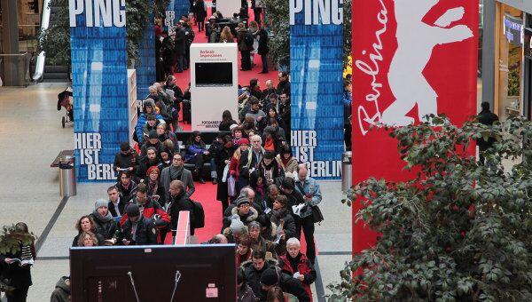 Очередь за билетами в кассы на сеансы фестиваля Берлинале-2012 в торговом центре Аркада