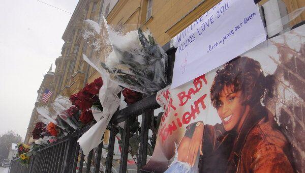 Цветы у посольства США в Москве в память о Уитни Хьюстон