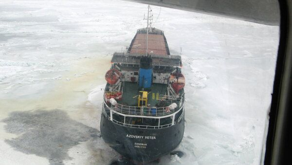 Лед заблокировал несколько судов в Азовском море