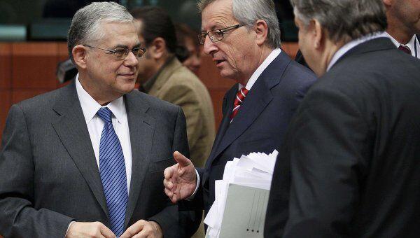 Глава Еврогруппы Жан-Клод Юнкер, министр финансов Греции  Евангелос Венизелос и премьер-министр Греции Лукас Пападамос на встрече Еврогруппы в Брюсселе 20 февраля 2012