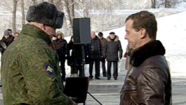 Медведев поставил ракетный полк на боевое дежурство и наградил военных