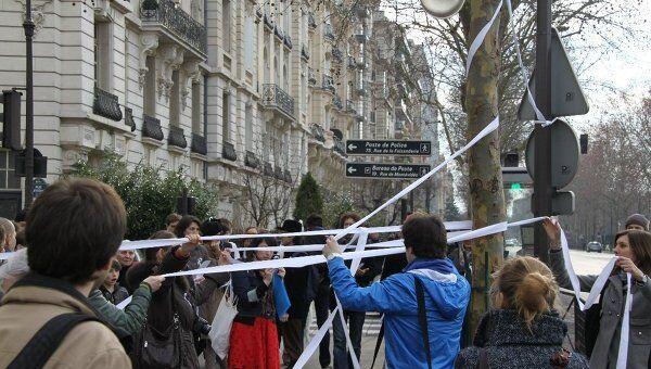 Флэшмоб За честные выборы у здания посольства России во Франции