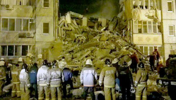 Спасатели разбирают завалы на месте обрушения дома в Астрахани