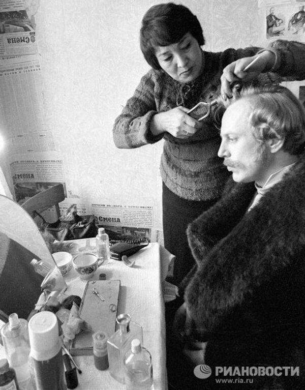 Актер Юрий Богатырев в гримерной