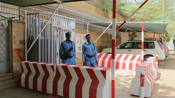 Охрана возле российского посольства в Хартуме в день выборов