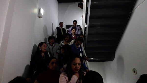 Эвакуация одного из офисных зданий Мехико после подземных толчков в южном штате Герреро