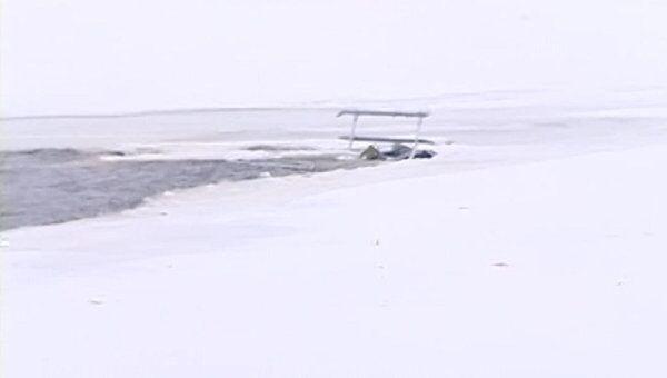 Частный вертолет рухнул в Волгу. Кадры с места крушения