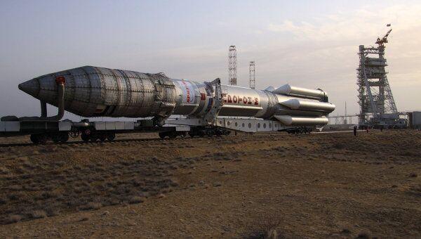 Вывоз ракеты Протон-М со спутником на стартовый комплекс. Архив