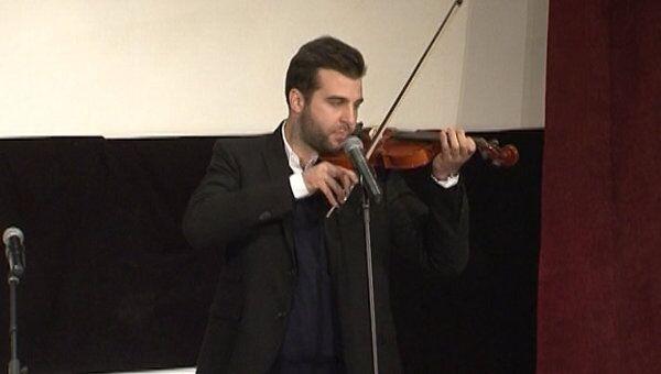 Иван Ургант фальшивил на скрипке на праздновании Всемирного дня театра