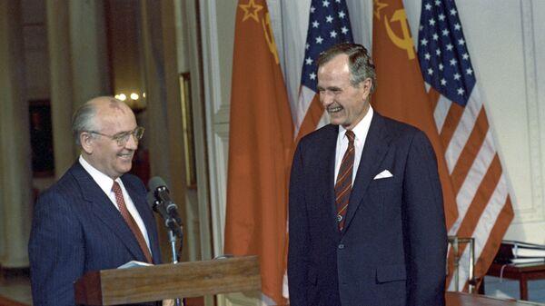 Президент СССР Михаил Горбачев и 41-й президент США Джордж Буш-старший после подписания советско-американских документов в Вашингтоне, США. 2 июня 1990 года