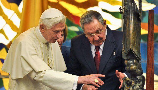 Рауль Кастро подарил Папе Римскому скульптуру Пресвятой Девы Милосердной