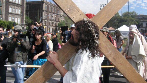 Иисус с крестом на улицах Мехико