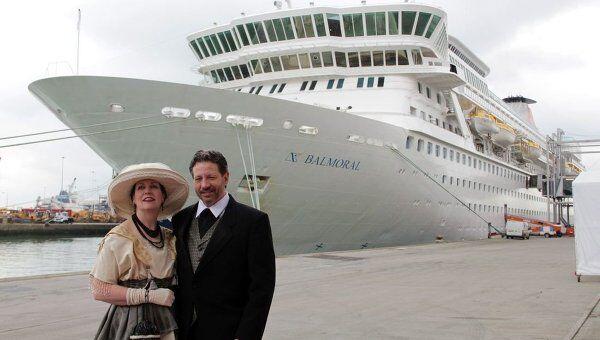 Пассажиры мемориального круиза у лайнера Балморал