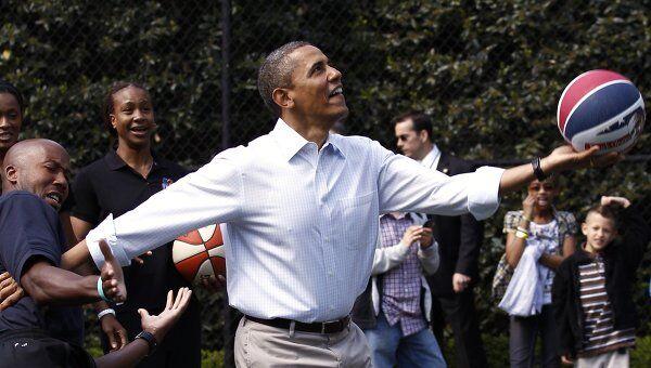 Обама играет в баскетбол. Архив