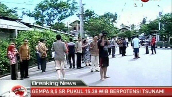 Эвакуация людей после землетрясения в Банда-Ачех, Индонезия. Кадры из видео