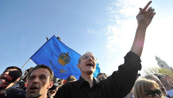 Бывший кандидат на пост астраханского мэра Олег Шеин (в центре), который почти месяц голодает в знак протеста против результатов выборов, на митинге в свою поддержку.