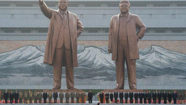Памятник Ким Ир Сену и Ким Чен Иру в Пхеньяне. Архивное фото.