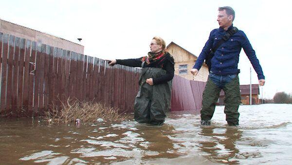 Разлившаяся река Клязьма смыла теплицы и внедорожник в подмосковном поселке