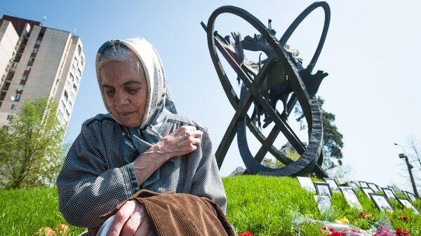 Жительница Киева на территории Мемориального комплекса Жертвам Чернобыльской катастрофы, где прошел митинг-реквием, посвященный 26-й годовщине аварии на Чернобыльской АЭС