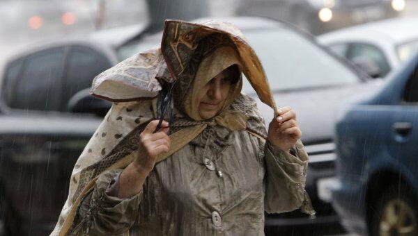 Сильный ливень с градом и шквалистым ветром в Москве