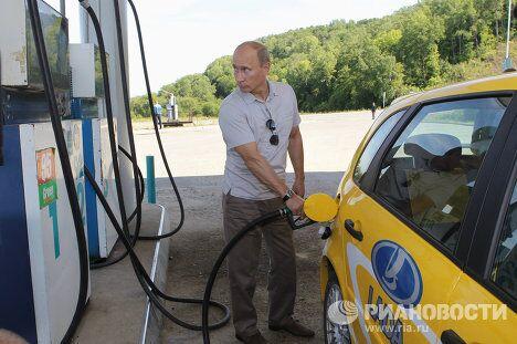 Премьер-министр РФ Владимир Путин во время поездки по новой трассе Чита – Хабаровск на машине Лада Калина