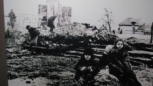 Местные жители на пепелище разрушенной фашистами деревни
