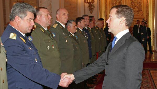 Президент РФ Дмитрий Медведев и генерал-майор Виктор Бондарев. Архив