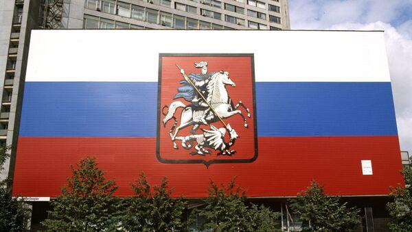 Герб Москвы на фоне российского флага. Архивное фото