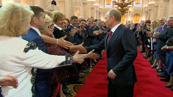 Желающие пожать руку Путину долго не давали ему выйти из Кремлевского дворца