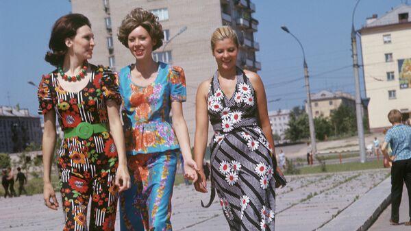 Образцы летней одежды, сшитой из ивановской ткани, 1974 год