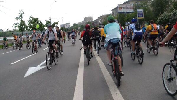 Велосипедисты вытеснили автомобилистов на велопараде в Москве