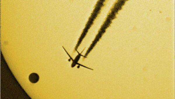 Транзит Венеры по диску Солнца в 2004 году. На снимок закрался пассажирский самолет