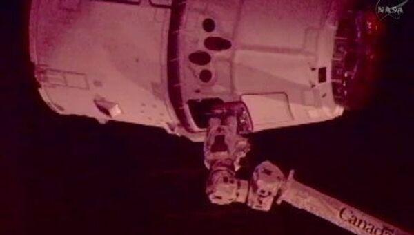 Корабль Dragon, захваченный манипулятором Canadarm МКС