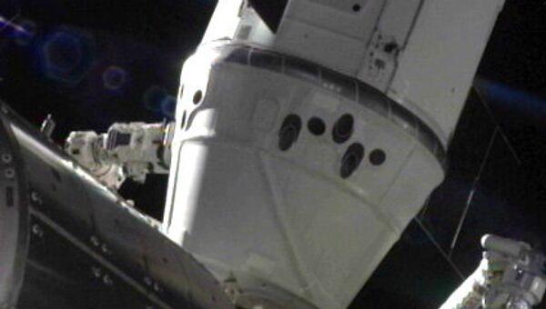 Корабль Dragon, пристыкованный к МКС