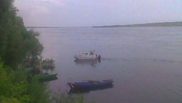 Работа спасателей на месте затонувшей в Саратовской области лодки
