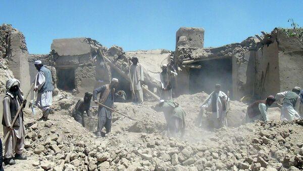 Жители Афганистана разгребают завалы на месте авиаудара НАТО в провинции Логар