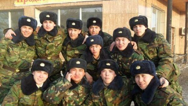Владислав Челах (в верхнем ряду справа) с сослуживцами