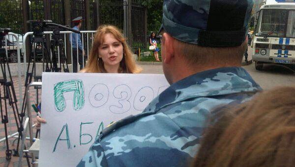 Задержания пикетчиков в защиту Новой газеты у здания СК РФ в Техническом переулке