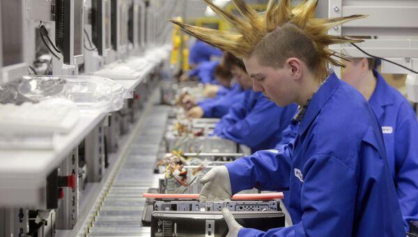 Рабочий в цехе завода Foxconn и Hewlett-Packard по производству персональных компьютеров. Архивное фото