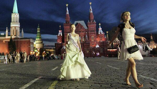 Выпускники на Красной площади в Москве. Архив