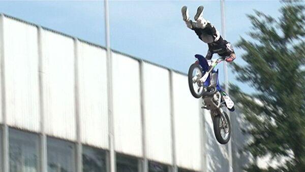 Мотоциклисты взлетали на высоту пятиэтажного дома на Марафоне здоровья