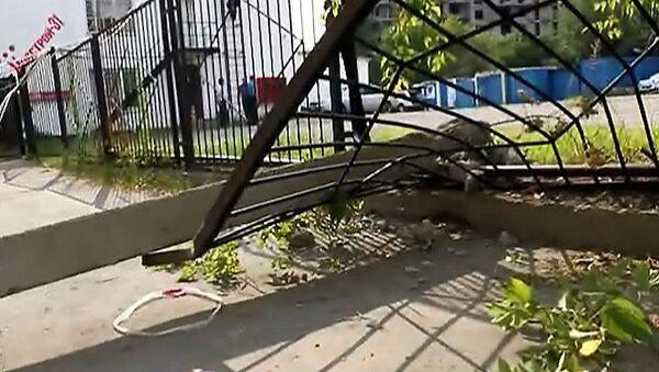 Камаз повалил два железобетонных столба на юге Москвы