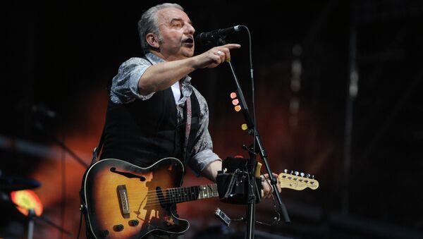 Солист группы Чайф Владимир Шахрин выступает на музыкальном фестивале Нашествие-2012 в Тверской области