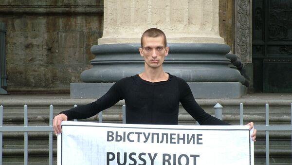 Петербургский художник зашил себе рот в поддержку Pussy Riot