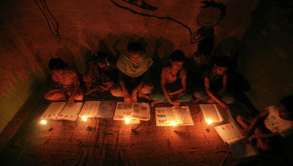 Жительницы Индии учатся при свечах из-за проблем с энергоснабжением