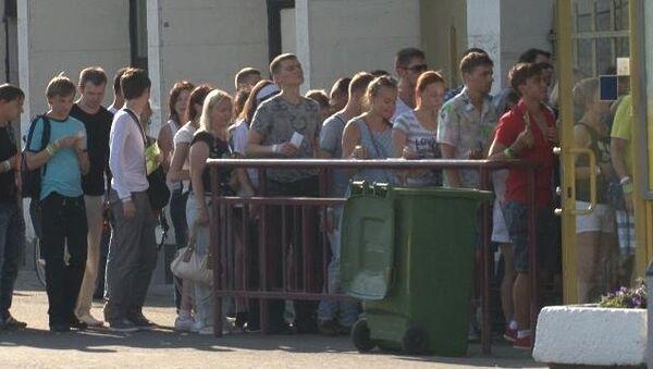Московские фанаты Мадонны толпились в очереди на ее шоу и прыгали от радости